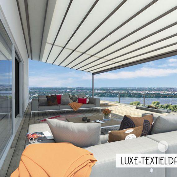 Groot luxe terras met Weinor vouwdak voor bescherming tegen de felle zon en warmte.
